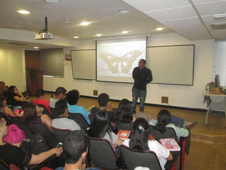 Jhon Ortega hablando sobre su flora y fauna en la Universidad del Norte de Barranquilla. Mariposario de Tierra Santa. Historias de Emprendimiento